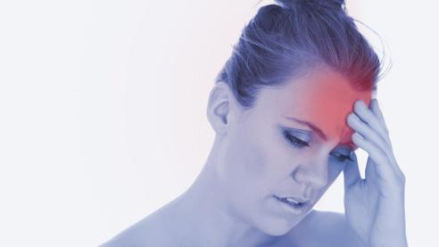 Vrouw met hoofdpijn na een massage