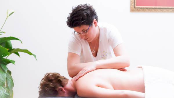 Nicolien bezig met ontspanningsmassage