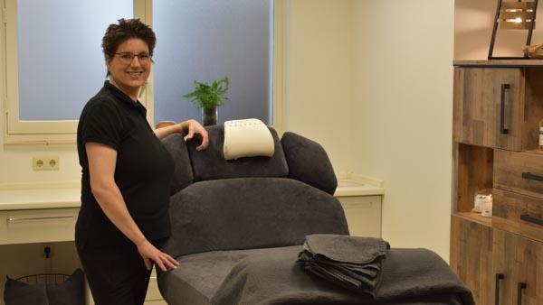 MyoMind Massage - Massagepraktijk collage - Nicolien Ietswaard - links van massagetafel