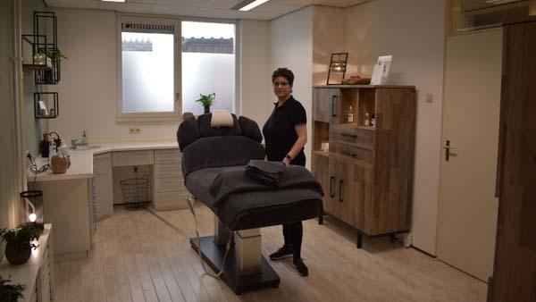 MyoMind Massage - Massagepraktijk collage - Nicolien Ietswaard - rechts van massagetafel